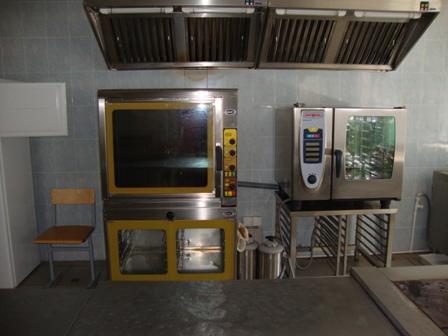 150 посадочных мест.  В столовой имеются цеха: мучной, мясной, рыбной, мытья крупной кухонной посуды.